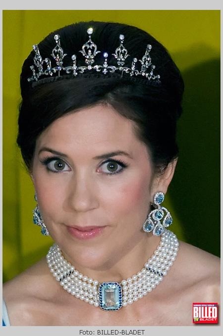 Kronprinsesse Marys eksklusive ørerineg - Disse overdådige øreringe består af fem akvamariner og diamanter. Øresmykket har hun fået af kronprins Frederik sammen med det smukke halssmykke.