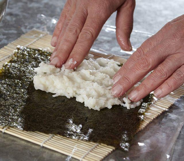 Ris är det viktigaste när du gör sushin, så fuska inte med att skölja riset och låt det ta den tid det tar.