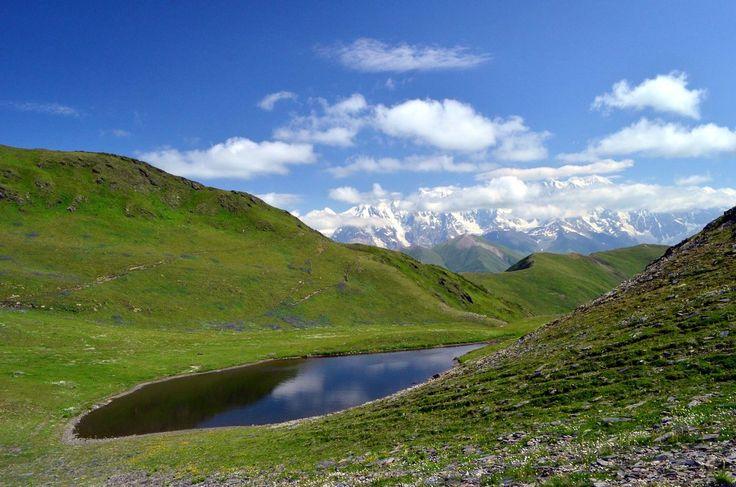 На Сванском хребте всего 3 озера. Но какие виды! Там приятно сидеть и просто любоваться носящимися вокруг фотографами, предвкушать их восхитительные снимки и получать наслаждение от окружающей красоты ;)  С уважением к приключениям, команда hikeup.net