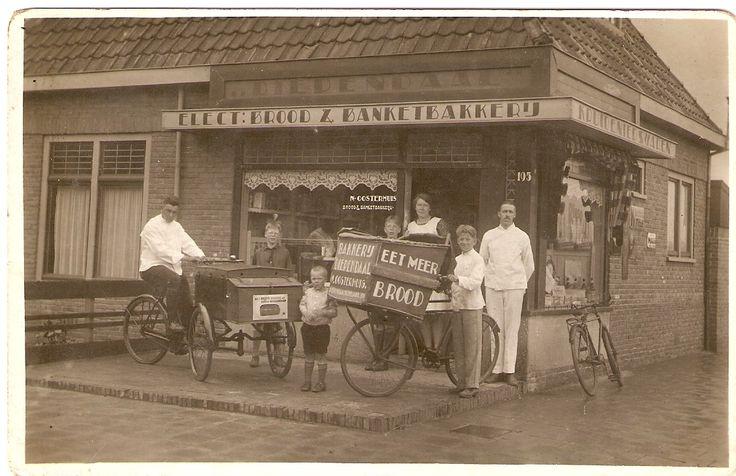 """Bakkerij """"Diependaal"""" van de familie Oosterhuis aan de Diependaalselaan 195 omstreeks 1920. Op de bakfiets F.K.L. van Vliet later bakker aan Liebergerweg en Langestraat ook op de Hilversumse markt."""