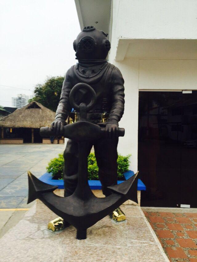 Monumento al Buzo en la Escuela de Buceo y Salvamento de la Armada Cartagena - Colombia