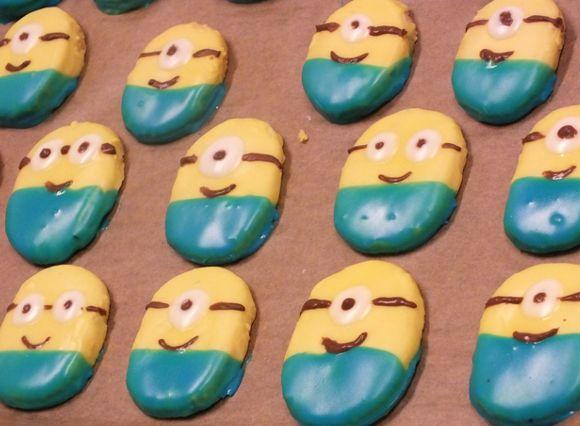"""Allen, die den Film """"Ich – einfach unverbesserlich"""" gesehen haben, dürften die kleinen gelben Helferlein bereits bestens bekannt sein. Jetzt haben Stuart, Kevin und Bob ihren eigenen großen Auftritt auf der Kinoleinwand. Wir haben uns schon einmal kulinarisch auf den Kinostart von """"Minions"""" im Juli 2015 eingestimmt und in unserer vorweihnachtlichen Backfreude Kekse in Minions-Optik ..."""