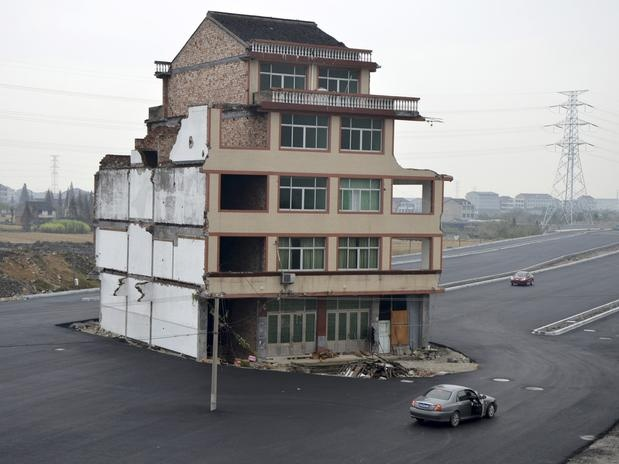 China: casal se recusa a vender casa e estrada é construída ao redor