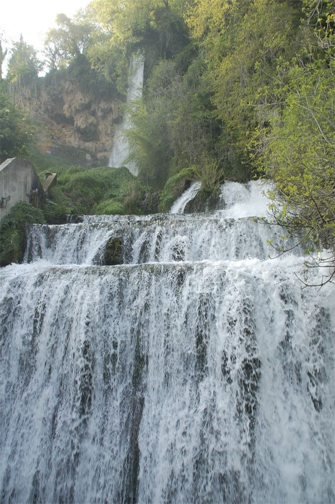 Καταρράκτες Έδεσσας Oι διάσημοι καταρράκτες της Έδεσσας σχηματίζονται από τον ποταμο Εδεσσαίο που διασχίζει την πόλη και στην έξοδο του μετασχηματίζεται σε καταρράκτες. Ο πιο μεγάλος είναι ο Κάρανος, με τα νερά του να πέφτουν ορμητικά από ύψος 70 μέτρων. Κοντά του αλλά πιο ταπεινός ο 'διπλός καταρράκτης'. Το σύννεφο από σταγονίδια που σχηματίζεται θα σας δροσίσει. Tip : Πίσω από νερά του καταρράκτη υπάρχει ένας διάδρομος. Αν θέλετε να θαυμάσετε την πτώση των νερών από απόσταση αναπνοής και…