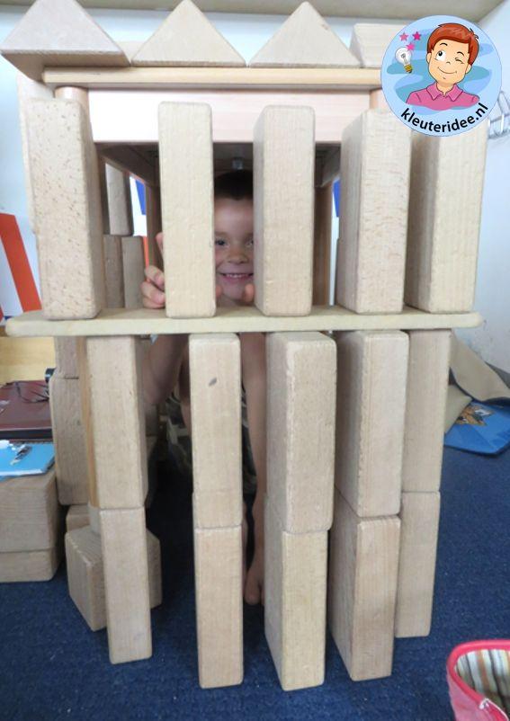 Gevangenis bouwen in de bouwhoek 2, kijk voor meer ideeën op kleuteridee.nl, thema politie voor kleuters