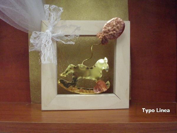 Ξεχωριστή μπομπονιέρα σε καδράκι με θέμα αλογάκι-καρουσέλ και μπαλόνι. Είναι όλα από ευγενή μέταλλα σε μοναδικό σχέδιο. http://www.mpomponieresvaptisis.gr