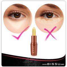El corrector de ojeras debe aplicarse media pulgada abajo de la línea inferior de las pestañas.