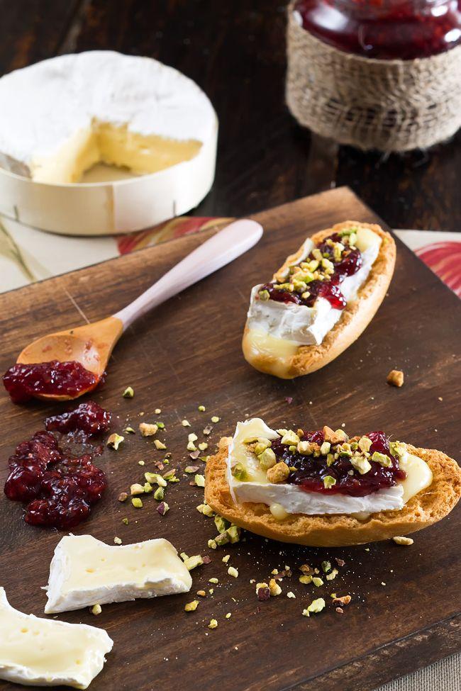 Los Tragaldabas: Tostas de Camembert con Mermelada de Frutos Rojos y Pistachos