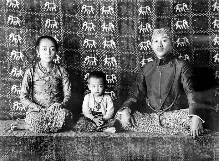 Mangkoe Negoro VII (1916-1944) met zijn vrouw de Ratu Timur en kind, mogelijk Gusti Siti Noeroel, Soerakarta. circa 1920