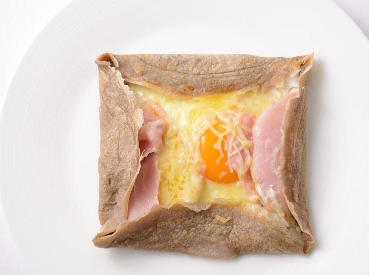 そば粉のガレット - 小川 智寛シェフのレシピ。「円く薄いもの」という意味のガレットの中で、そば粉を使ったものはフランス・ブルターニュ地方発祥の料理。 生地は一晩寝かせると、もっちりとした食感に。焼くときはテフロン加工の大きなフライパンがおすすめ。具を色々アレンジして楽しめます。 ※調理時間に、生地を寝かせる時間は含みません。