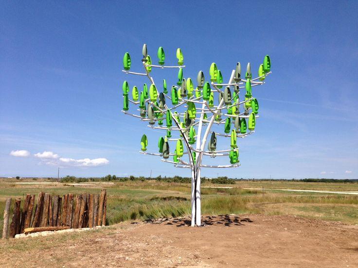 """La centrale éolienne est en réalité un arbre métallique qui produit de l'électricité verte et son créateur préférerait ne pas entendre parler d'éolienne. """"C'est plutôt un moyen de production qu'on peut mettre dans son jardin, dans les allées et dans les villes"""", précise Jérôme Michaud-Larivière, PDG de la société NewWind à l'origine de l'appareil."""