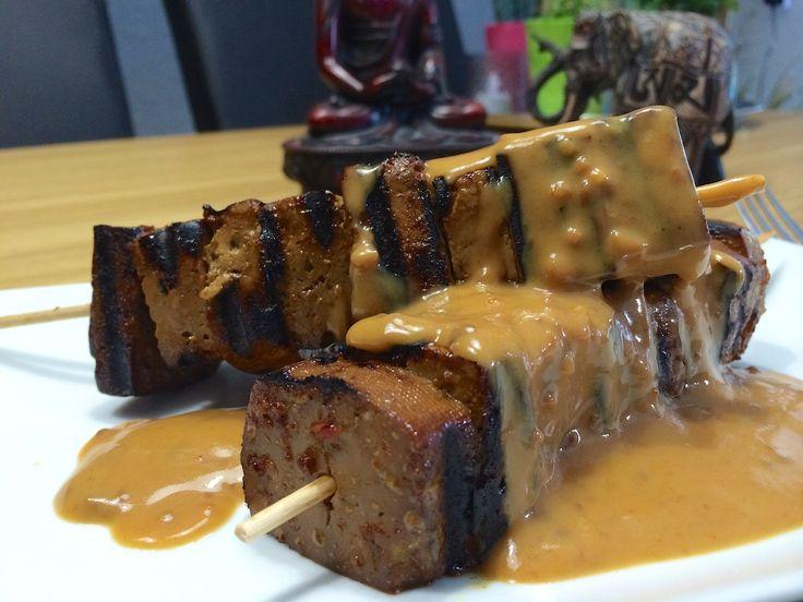 Nieuw recept: Gemarineerde tofu-spiesjes met satésaus http://wessalicious.com/gemarineerde-tofu-spiesjes-met-satesaus/