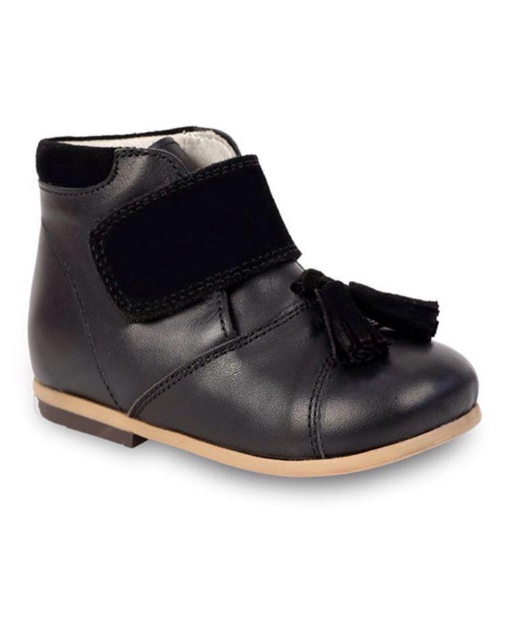 Siyah Deri Önden Bant ve Püsküllü Unisex Çocuk Bot 179.90 TL 20-21-22-23-24-25 numaralar Bebbini modelleri yüksek kalite hakiki dana/keçi derisi kullanılarak %100 el işçiliği ile üretilmektedir.  Modellerimiz bebek/çocuk ayak anatomisine uygun olarak hazırlanmaktadır.  Ayakkabılarımızın topuk bölümünde kullanılan yumuşak topuk pedi çocukların yumuşak bir zemine basarak ayaklarının rahat etmesini sağlamaktadır.  Ürünlerimizde domuz derisi ya da suni malzeme kesinlikle kullanılmamaktadır…