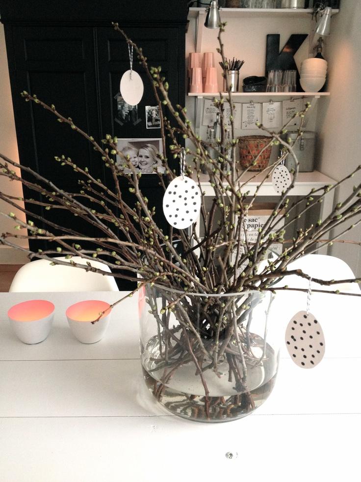 Versier je paastafel bloesemtakken en papieren eieren