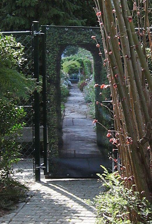 Tuinposter op een poort van gaas. Inkijk van voorbijgangers weg en zelf een extra tuin erbij :) Ook dubbelzijdige print is mogelijk.