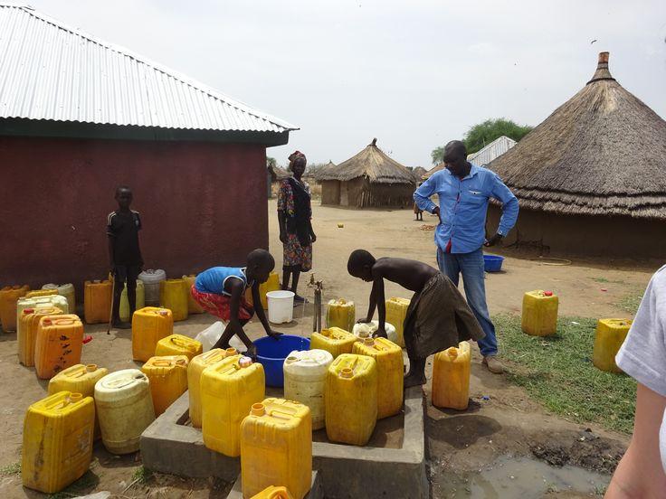 W Sudanie Południowym dostęp do wody jest bardzo ograniczony. Ciągły konflikt wewnątrz tego kraju oraz trudne warunki pogodowe powodują, że sytuacja w kraju jest ciężka. Dlatego PAH prowadzi projekty wodno - sanitarne m.in naprawiając studnie lub dystrybuując środki pierwszej potrzeby. Dzięki wdrożeniu projektów ok. 30 000 osób pozyska dostęp do wody, bezpiecznych latryn oraz poprawi swoje nawyki higieniczne. Fot. PAH