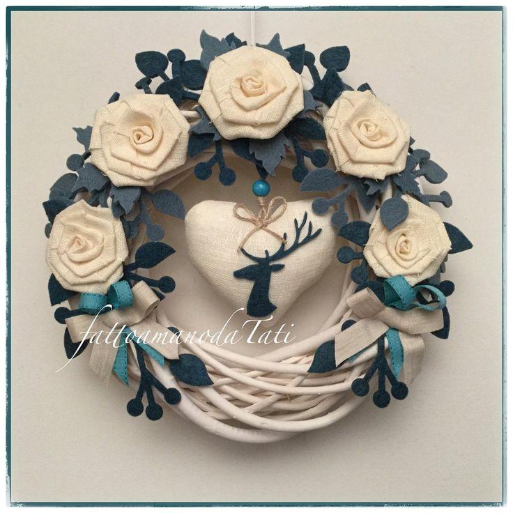 Corona di salice bianco con rose di lino bianco, rametti e cervo di feltro ottanio