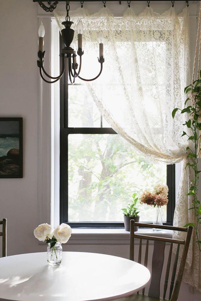 25 Farmhouse Style Dining Room Design Ideas For A Warm Ambiance Farmhouse Style Dining Room Dining Room Window Treatments Dining Room Windows