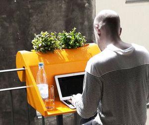 """le balKonzept. Une petite table en PVC qui se """"clipse"""" sur votre balcon et qui vous permettra de travailler, prendre un verre ou tout simplement décorer votre balcon tout en exploitant au maximum l'espace libre à votre disposition."""