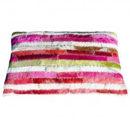 Het kussen van 50x30 cm is handgemaakt, van gerecycled natuurlijk leer/huid in reepjespatroon, in kleurstelling fuchsia-roze, appeltjesgroen, kersenrood en ecru-tinten inclusief vulling. De achterzijde is ecru en voorzien van een rits.