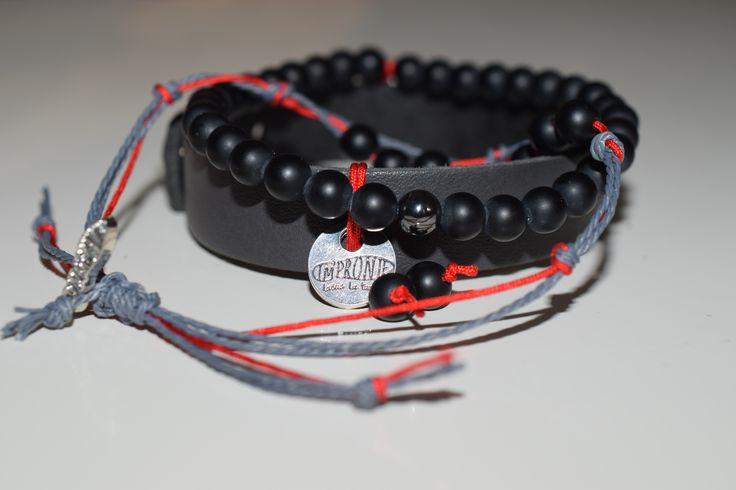 PÁNSKÉ TRIO-ČERVENÝ Náramkový set složen ze třech náramků, kožený tmavě šedý,zapínání na patent, šíře 1 cm,s medailonkem Impronte, ozdobným červeným uzlem a drahým kamenem Onyx, Náramek z drahých kamenů Onyx vel 6 mm,matný, s drahým kamenem Hematit. Třetí náramek kombinace barevné hedvábné šnůry, červená, šedá,se zapínáním šambala-drahým kamenem Onyx, matný.
