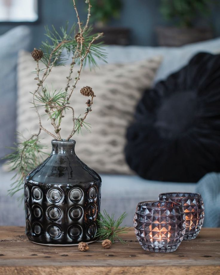 Dags att börja fundera på julpynt, har ju en förkärlek för naturmaterial. Gärna lite spretigt och snett 😃 Massor med grönt och ljus och lite blommor i vitt.. så brukar det bli. Hur brukar du pynta?  Ha en härlig kväll. Puss o kram
