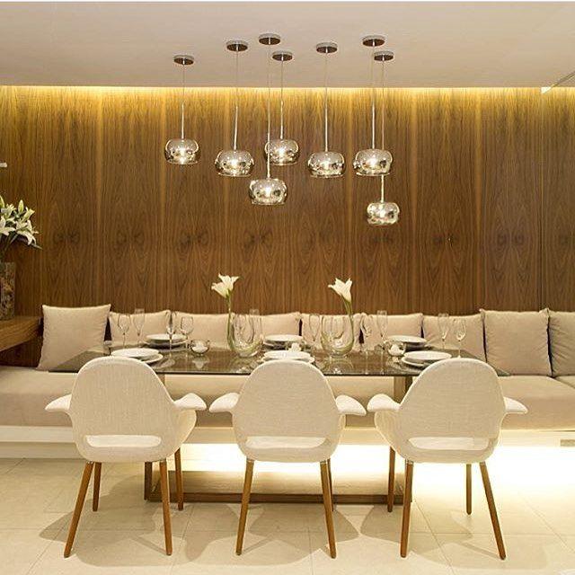 Sala de jantar l Composição de pendentes, banco estofado linear e parede amadeirada, ficou divino!!! Projeto @claudiaalbertiniarquitetura Boa noite queridos #dinningroom #goodnight #boanoite #design #photo #lamp #luxuryhomes #arquitetura #decora #architect #homedecor #decor #furniture #luxury #luxo #interiordesign #blogfabiarquiteta #fabiarquiteta Blog www.fabiarquiteta.com