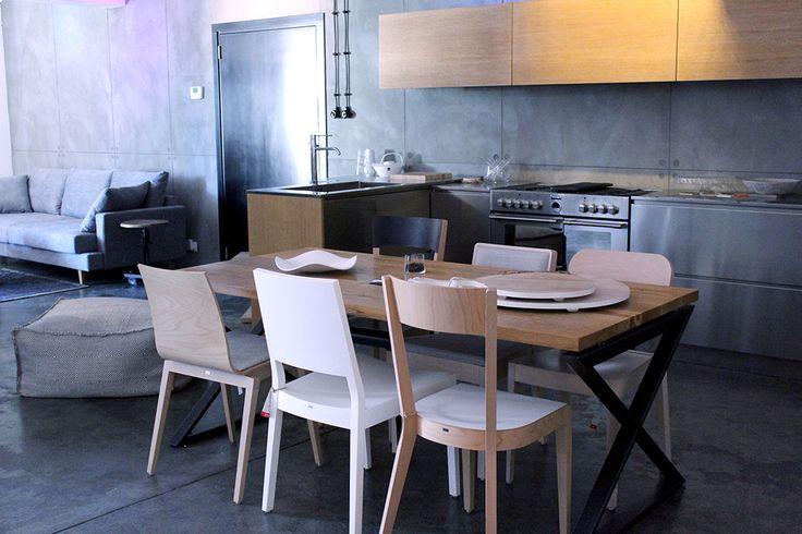 Showroom | Esencja Design - w tle meble kuchenne ze stali nierdzewnej XERA