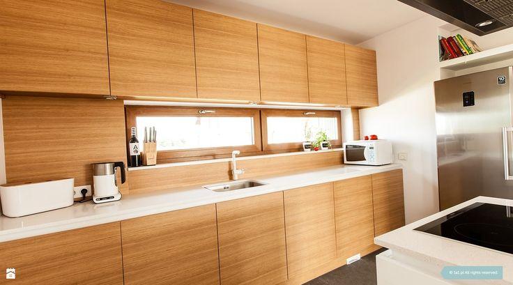 Biała kuchnia. Jasna i nowoczesna. Lodówka Side by Side. Kuchnia zdjęcie od 1A1.pl Architektura Wnętrz | projektowanie & aranżacja | Poznań