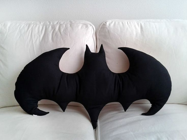 Ab auf die Couch: Kissen als Eyecatcher - DIY Crafts - Emilia Fleming Diy Pillows, Couch Pillows, Decorative Pillows, Pillow Ideas, Cushions, Gifts For Friends, Gifts For Kids, Batman Pillow, Cool Coloring Pages