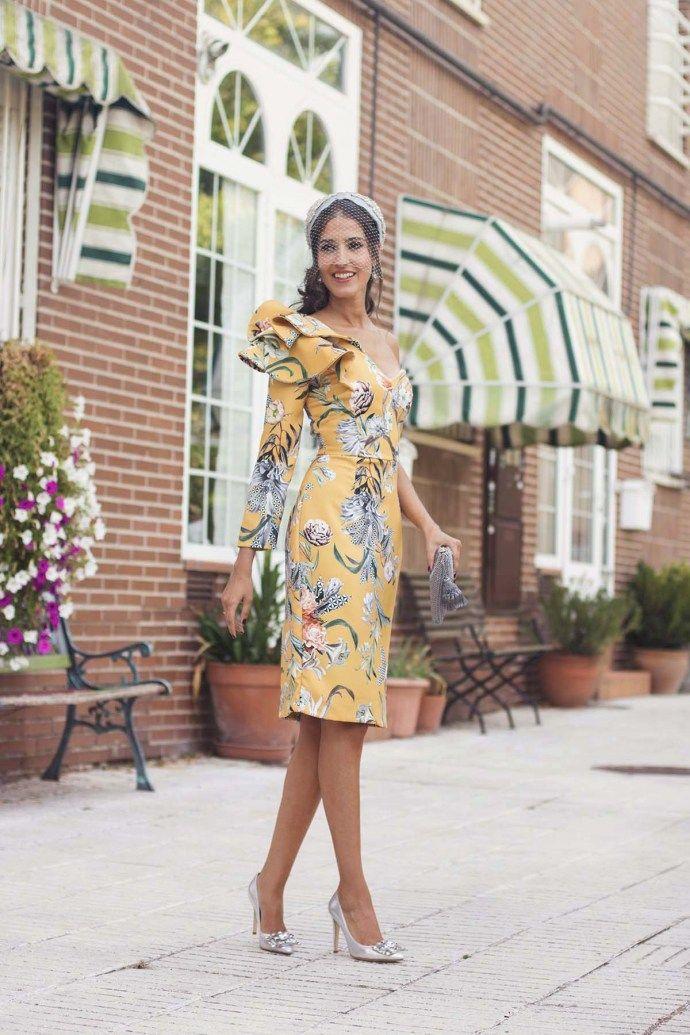 fd39c97d783 Invitada boda de mañana vestido asimétrico estampado amarillo turbante