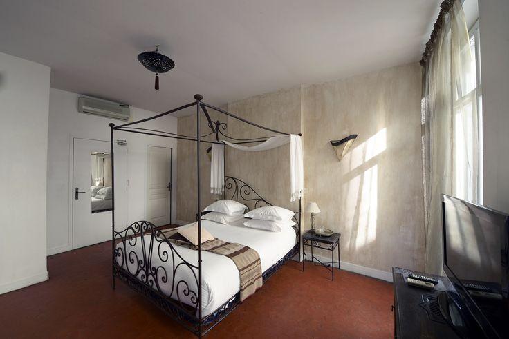 Chambre double romantique lit King Size dans hôtel atypique à Marseille