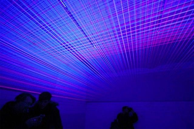 Utilizando hilos y luz ultra violeta el artista Jeongmoon Choi, le da vida a impresionantes espacios que juegan con la perspectiva y la ilusión de los espectadores.