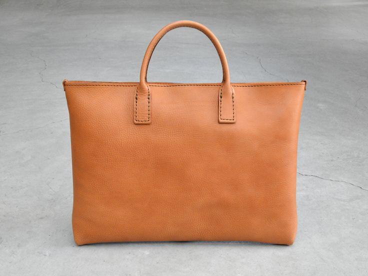 一枚革で作った薄マチ・ブリーフケース。ブリーフケース(書類用鞄)という名の通り、書類やノートPCをスマートに収納出来るバッグに仕上がりました。このバッグでは前後面の革をつがずに、同じ一枚革で作る贅沢な革使いも特徴の一つです。SはA4・MはB4用紙を収納できます。