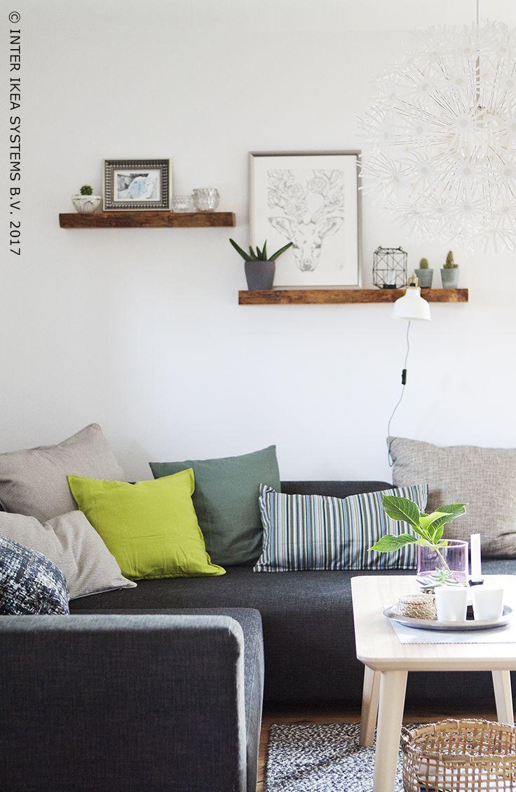 Tover de bovenverdieping van je ouderlijke huis om tot een gezellig en modern appartement voor twee! Ga voor een woonkamer waar je je helemaal thuis voelt en geniet van de aangename momenten. Ontdek onze ideeën voor je eigen nestje! #IKEABE #IKEAidee Turn the upstairs part of your parents' house into a relaxing and modern apartment for two! Go for a living room where you feel at home and enjoy the lovely moments. Discover our ideas to make your space your own. #IKEABE #IKEAidea