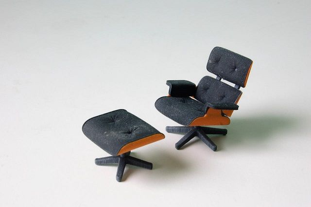 Perfekte kleine Miniatur von Charles Eames klassischem Lounge Chair gleich zweifarbig aus dem 3D-Drucker
