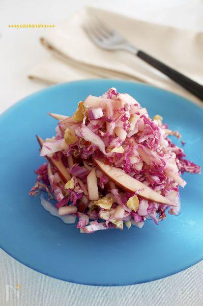 紫の白菜が手に入ったらぜひ作ってもらいたいサラダです。作り方も簡単です。  紫の色は酢と反応して鮮やかな紫色になります。   和えたてもおいしいですが、時間が経ってもりんごに紫色が移ってきれいな色になりますし、味が馴染んでよりおいしくなります。