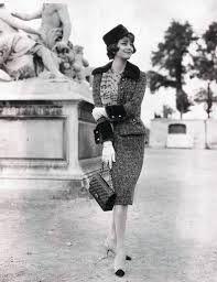 Marie Hélène Arnaud luciendo un traje de tweed con adornos de piel en 1960