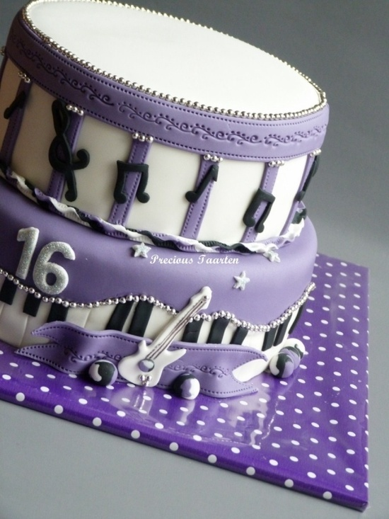 I'd love a cake like this! I'd change that guitar to a flute though!! (;