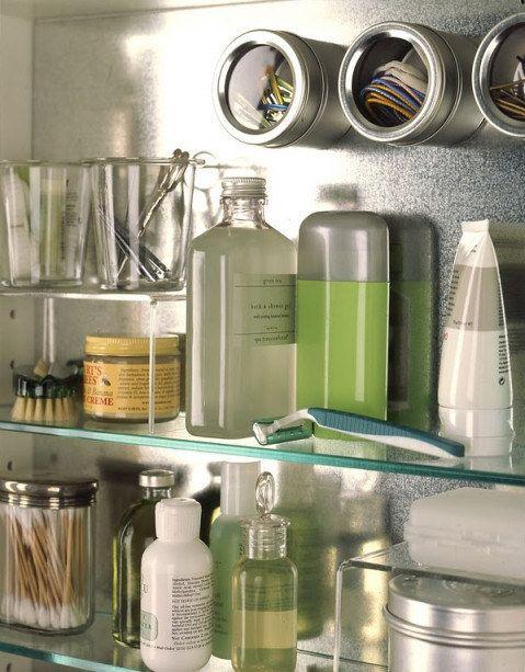 Diese magnetischen Gewürzbehälter können im Badezimmer zur Aufbewahrung von kleinen Dingen wie Haarklammern und -bändern benutzt werden.