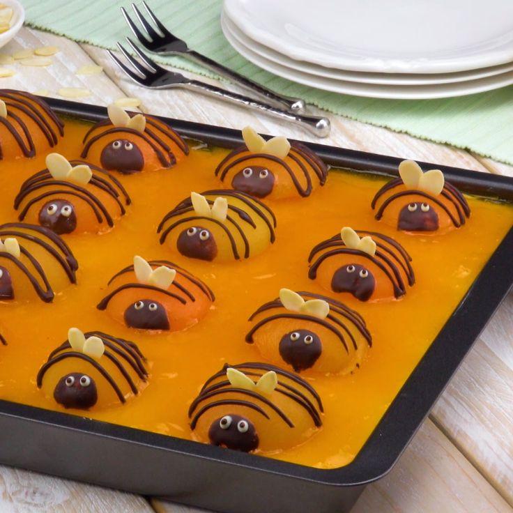 Der Frühling ist da! Mit unserem leckeren fruchtigen Aprikosen - Pudding - Kuchen voller kleiner Bienen! #blechkuchen #rezept #rezepte #kuchen #ostern #bienen #bienenkuchen #pudding #aprikosen