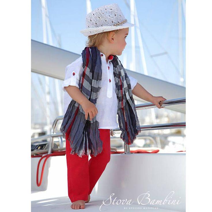 To Βαπτιστικό Κουστούμι Chandler της Stova Bambini είναι ένα σύνολο από λινή πουκαμίσο με λεπτομέρειες στη πατιλέτα, συνδυασμένο με λινό παντελόνι σε κόκκινο χρώμα. Στο σύνολο περιλαμβάνεται επίσης το ψάθινο καπέλο καβουράκι, η χειροποίητη ζώνη και το φουλάρι στις ίδιες αποχρώσεις