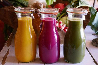 Trink dich fit! Entgiften mit leckeren Smoothies ist voll im Trend. Vier gesunde Detox Smoothie Rezepte, die du kannst einfach zu Hause selber machen kannst.
