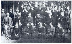 Ομήρειο Παρθεναγωγείο Σμύρνης - Οι τελειόφοιτες μαθήτριες με τη διευθύντρια Ελένη Λουίζου και τους καθηγητές του Ομηρείου το 1920.