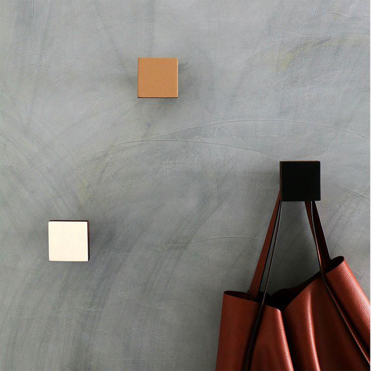 Cabideiro feito em madeira maciça. Acompanha bucha para fixação na parede. Disponível em diferentes opções de cores.