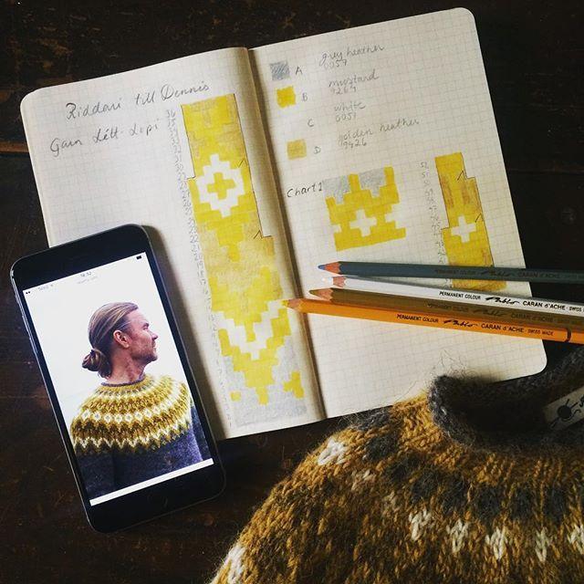 The Riddari colours. Grey heather, mustard, white, golden heather. More on ravelry if you're interested. //Riddarifärgerna. Mer på ravelry om du är intresserad. Garnet heter Létt-lopi och mönstret heter Riddari. #riddari @jarbogarn #kammebornia #knitting #knitstagram #knittersofinstagram #icelandicsweater #icelandicwool
