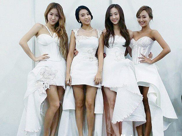 2014-MAMA-Awards-K-Star-Fashion_Sister K-Pop Star 'Sista' yang bergaya sangat feminin.