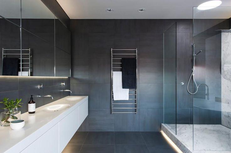 Mit diesem monochromatischen Badezimmer hat das Innenarchitekturbüro Minosa Design Australiens die diesjährigen Bathroom Design und Bathroom of the Year Awards...