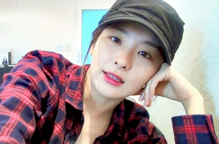 I'm sorry but why does Seulgi look like yang hyun suk here (the hat definitely plays a role here)