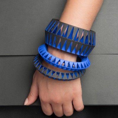 TRIBÙ est une collection de bijoux colorés imaginée et réalisée Matteo ZORZENONI pour MAISON 203.  Cette collection se compose d'un collier, de deux bracelets, d'une bague, d'un pendentif et de boucles d'oreilles. Matteo ZORZENONI s'est inspiré des accessoires tribaux africains et de leurs lignes géométriques. Ces bijoux sont réalisés en impression 3D avec une finition à la main. On aime ce contraste entre des lignes tribales et une fabrication ultra-moderne.